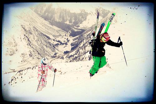 Aufstieg mit den Ski im Winter am Arlberg